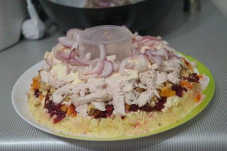 Курица и лук в салате