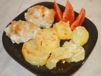 Куриные котлеты с картофелем под сметано-чесночным соусом